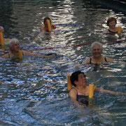 auf denn Poolnoodeln werden Übungen im Sitzen trainiert