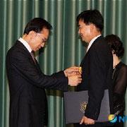 大統領から功績賞を受賞