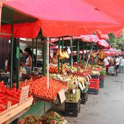 新鮮な野菜や果物が山積みのマーケット