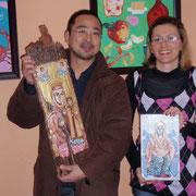 古木に描かれたイコンを持つトラキアトレーディング岡崎代表とチェレビースカ