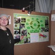 Silvia zeigt stolz ihr Plakat