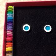 zilveren oorknop met 35 kleuren vilt (verwisselbaar) €95,-