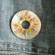 zilveren broche met kleurhars en bladgoud €115,-