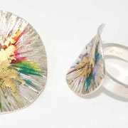 zilveren ring en hanger met kleurhars en bladgoud