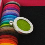 zilveren hanger met 35 kleuren vilt (verwisselbaar) €75,-