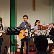 Die Worshipband spielt ein paar Songs