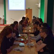 Lange Tafel beim Essen