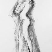 Umhüllt - Weiblicher Akt stehend, frierend . 2012 . Zeichenkohle auf Papier . 40cmx60cm . 199,-€