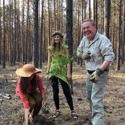 Baumkönigin 2019 Carolin Hensel pflanzt hier im Tempelwald gemeinsam mit Lotta 3 Flatter-Ulmen, Baum des Jahres 2019