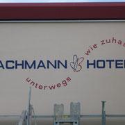 Fassadenmalerei Erfurter Flughafen Logo Bachmann Hotels