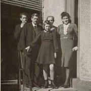 Familie Buchmaier (Wilhelm, Otto, Luise und Marie Buchmaier, vorne: Ria aus der Nachbarschaft, ca. 1942