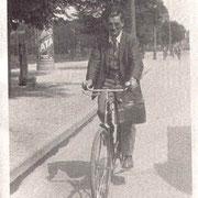 Otto mit Fahrrad auf dem Weg zum Meisterkurs, 1912