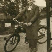 Schreinermeister Alois Koch mit seinem Wanderer-Moped