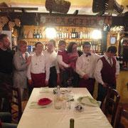 da sinistra verso destra: Carlo, Sabrina, Lorenzo, Adriano, in mezzo abbiamo Cesare e la sua mamma avventori della serata, Andrea e Alberto