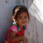 Kinder vor einer Schule in Luang Prabang