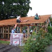 Das Dach wird eingedeckt
