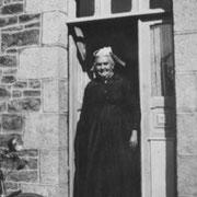 Angèle RENAULT devant sa maison du Gouray (1939)