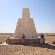 Stèle de Bir Hakeim au milieu de la position