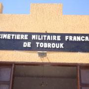 Visite au cimetière militaire de Tobrouk où reposent des disparus de la bataille de Bir Hakeim