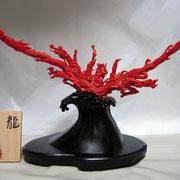 桃珊瑚「龍」 谷口康隆作 幅350mm×高さ280mm×奥行180mm 80匁(約300g)珊瑚本体の重さ