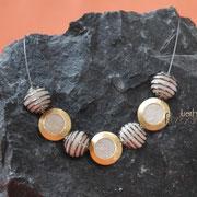 Juwelierdrahtkette mit 3 goldigen Medaillons und 4 Spiralkugeln  (119 € *)