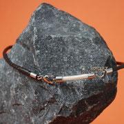 Glasbogen (Edelstahl) an gefl. Leder-Kette m. Herzschließe aus Edelstahl (49 € *)