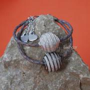 Armband Spiralkugel (silberfarben oder geschwärzt), geflochtenes Leder, Verlängerungskettchen und Herzabschluss (37 € *)