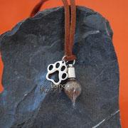 Glastropfen klein (Zinklegierung) mit Edelstahl-Tatze an kurzem Dekoband (24 €*)