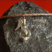 """Zahn """"schwebend"""" in flachem kleinen Tropfen (Zinklegierung) mit Flügel an geflochtener Lederkette (32 €*)"""