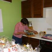 Konfetti Fliederseife wird in handliche Stücke geschnitten