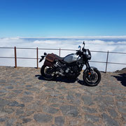 Yamaha XSR 900 über den Wolken auf 2.300m