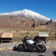 Zamaha XSR 900 vor dem schneebedeckten Pico del Teide