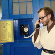 Die Plakette und ein Jedi am Telefon der TARDIS