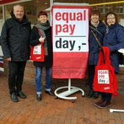 Fahnenaufsteller zum Equal Pay Day