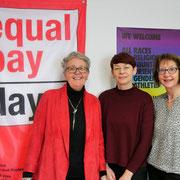Impression vom Equal Pay Day mit drei Unterstützerinnen