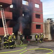 Löschen in einem Übungshaus mit Realbrand