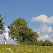 Golfdame beim Abschlag