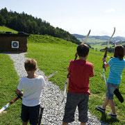 3 Kinder beim Bogenschießen