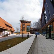 今も残る建物(左)と現在メインで使われている新しい建物(中央と右)