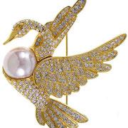 """П565. Брошь""""Лебедь"""" от известного дизайнера Нолана Миллера. Ювелирный сплав под золото,австрийские кристаллы Сваровски, иск жемчужина.Украшение новое, в фирменной упаковке."""