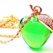Лот №П403.Красивейший кулон-яблоко на длинной цепочке от культого дизайнера украшений Кеннета Джей Лейна(см.*Известные марки*).Украшение новое,в фирменной коробочке.Длина цепочки вдвое-42 см,диаметр яблочка-3.5 см,выполнено из люцита
