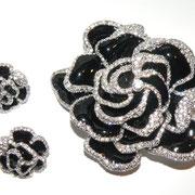 П622.Роскошный комплект из броши и сережек от американского дизайнера Джоан Риверс. Брошь трехслойная, эффект 3Д,достаточна крупная и увесистая, подойдет на пальто, пиджак.Ювелирный сплав под серебрo,эмаль под глазурью, камни Сваровски