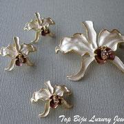 """П-711. Американский новый комплект """"Орхидеи"""". Ювелирный сплав с позолотой, нежная сатиновая эмаль, камни Сваровски. В комплект входят серьги гвоздики, брошь, кулон. Возможен повтор под заказ"""