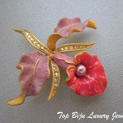 """П-761.Нежная и изящная брошь """"Орхидея"""" от культового американского дизайнера Джоан Риверс.Размер 4.5х5см.Новая, маркирована, в подарочной упаковке. Ювелирный сплав под золото,перламутровая эмаль,искусственный жемчуг.Размер-6х5.5 см."""