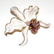 """П625.. Новая американская брошь """"Белая орхидея"""". Позолота 18К, перламутровая сатиновая эмаль, камни Сваровски.Подарочная упаковка"""