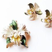 """Лот №436.Винтажный комплект - брошь+клипсы """"Орхидеи"""". Новый, ювелирный сплав под золото, нежная эмаль, жемчуг,прекрасное состояние.Без маркировки.Размер броши-5 см,серёжек-3 см."""