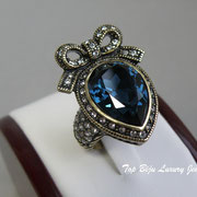 """П-1049. Кольцо """"Royal Family"""" от Хейди Даус. Лимитированная линия. Граненный кристалл Монтана в алмазной огранке- оттенок натурального сапфира, декор элементами Сваровски, бронзированный сплав.ПОВТОР ПОД ЗАКАЗ"""