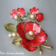 П-771.Винтажный коллекционный комплект Вендоме. Алые цветы в сочетании с жемчугом смотрятся потрясающе. Серьги на винтах.