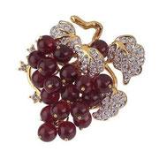 """П566. Брошь""""Гроздь винограда"""" от известного дизайнера Нолана Миллера. Ювелирный сплав под золото,ягоды из художественного стекла,австрийские кристаллы Сваровски.Украшение новое, в фирменной упаковке."""