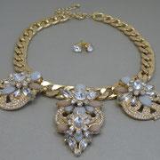 П-1589. Комплект от американского бренда J.CREW. Ювелирный сплав под золото, декор кристаллами Сваровски. Колье красиво ложится на тело, цепь литая, добротная